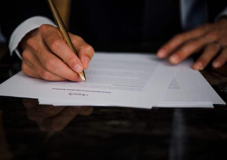 Homme rédigeant un document